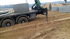 Перевозка манипулятором бетонных колец